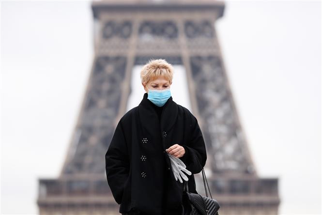Người dân đeo khẩu trang phòng dịch COVID-19 tại Paris, Pháp ngày 23-10-2020. Ảnh: THX/TTXVN