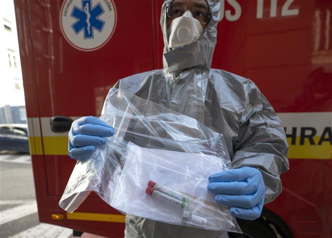 Nhân viên y tế lấy mẫu xét nghiệm COVID-19 tại Bratislava, Slovakia. Ảnh: AFP/TTXVN