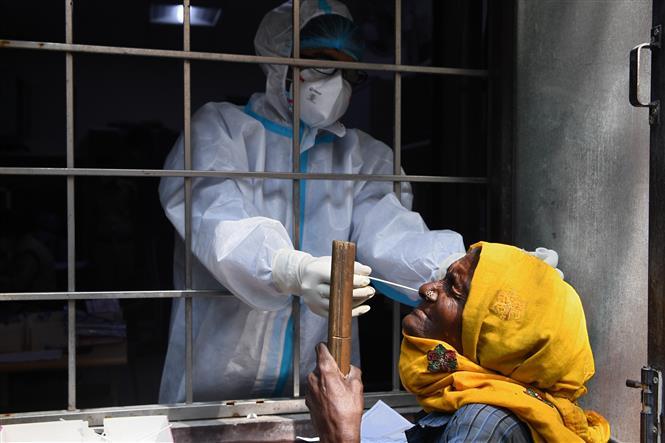 Nhân viên y tế lấy mẫu dịch COVID-19 cho người dân tại New Delhi, Ấn Độ, ngày 19/10/2020. Ảnh: AFP/ TTXVN