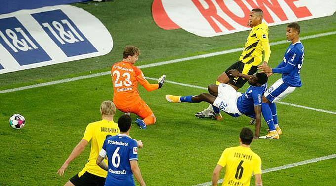 Akanji ghi bàn mở tỷ số cho Dortmund