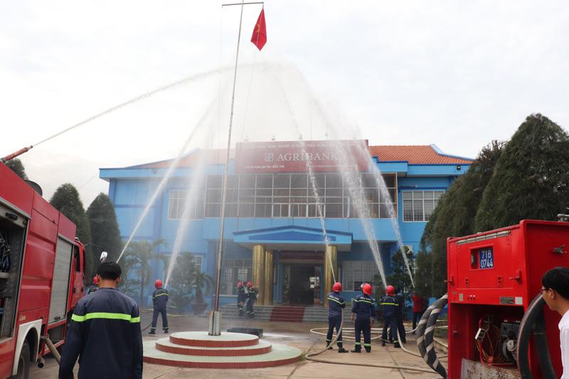 Thực hành chữa cháy tại Ngân hàng Nông nghiệp và Phát triển nông thôn chi nhánh huyện Ba Tri. Ảnh: Minh Đức.
