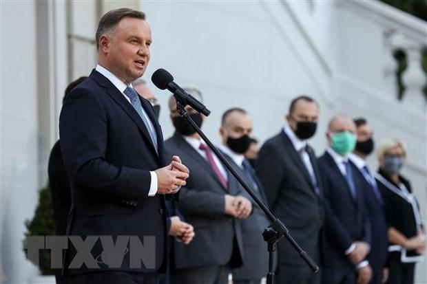 Tổng thống Ba Lan Andrzej Duda (trái) phát biểu tại lễ tuyên thệ nhậm chức nội các mới ở thủ đô Warsaw ngày 6-10. (Ảnh: AFP/TTXVN)