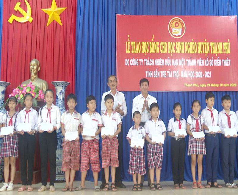 Trao học bổng cho học sinh. Ảnh: Văn Minh.