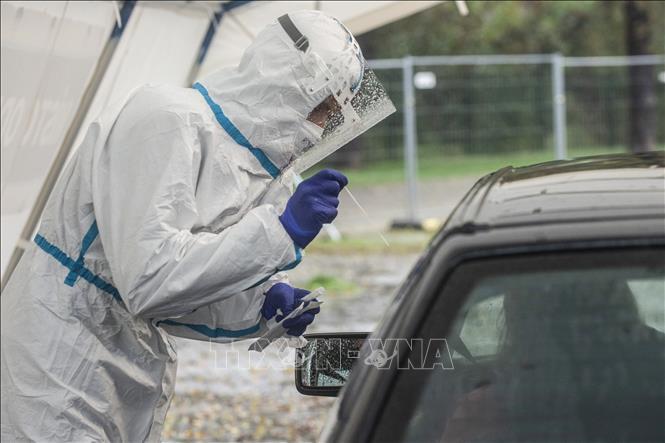 Nhân viên y tế lấy xét nghiệm COVID-19 tại Prague, CH Séc ngày 14-10-2020. Ảnh: AFP/TTXVN