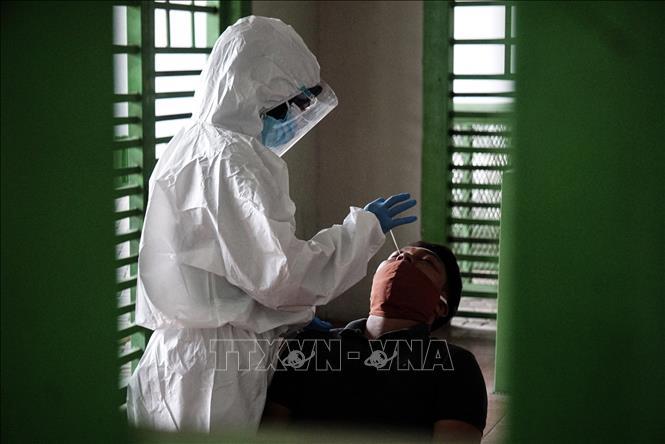 Nhân viên y tế lấy mẫu xét nghiệm COVID-19 tại Bekasi, Tây Java, Indonesia. Ảnh: THX/TTXVN