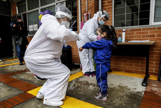 Kiểm tra thân nhiệt phòng lây nhiễm COVID-19 tại Bogota, Colombia ngày 23-9-2020. Ảnh: AFP/TTXVN