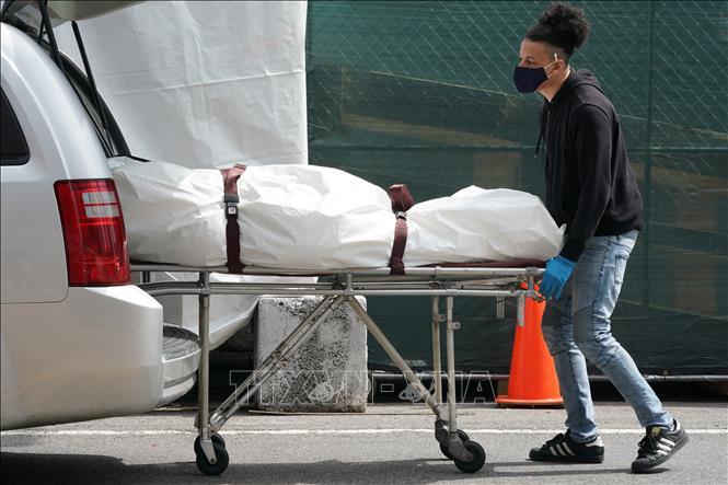 Chuyển thi thể bệnh nhân mắc COVID-19 ra nhà xác dã chiến tại một bệnh viện ở New York, Mỹ ngày 8-4-2020. Ảnh: AFP/TTXVN