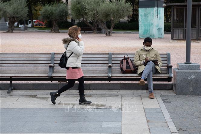 Người dân đeo khẩu trang phòng lây nhiễm COVID-19 tại Madrid, Tây Ban Nha, ngày 21-10-2020. Ảnh: THX/TTXVN