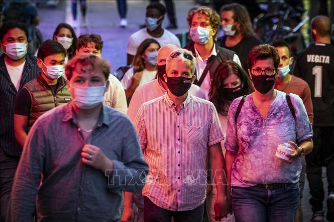 Người dân đeo khẩu trang phòng dịch COVID-19 tại Amsterdam, Hà Lan ngày 21-8-2020. Ảnh: AFP/TTXVN