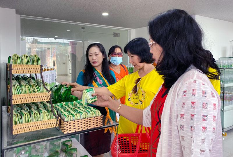 Nhiều sản phẩm dừa Bến Tre được giới thiệu, giao dịch trên các sàn thương mại điện tử, trang mạng xã hội, kết hợp kênh truyền thống.