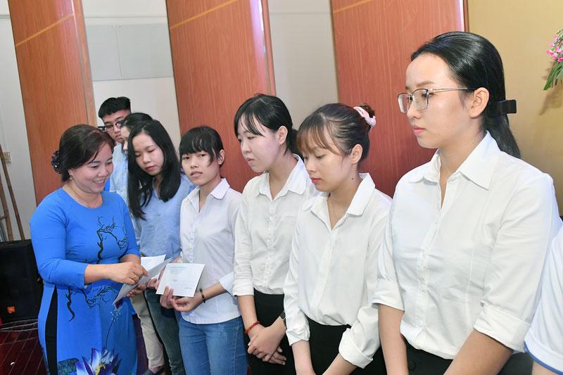 Chủ tịch Hội Liên hiệp Phụ nữ tỉnh Nguyễn Thị Kim Thoa trao học bổng Nguyễn Thị Định. Ảnh: H.Hiệp