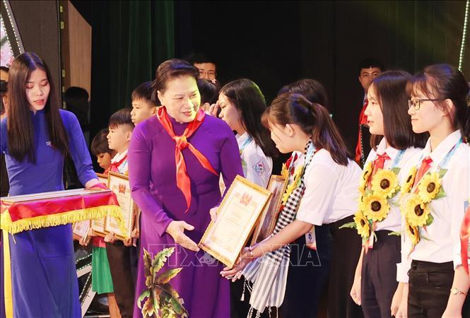 Chủ tịch Quốc hội Nguyễn Thị Kim Ngân tặng Bằng khen cho các đại biểu cháu ngoan Bác Hồ tại Đại hội. Ảnh: Trọng Đức/TTXVN.