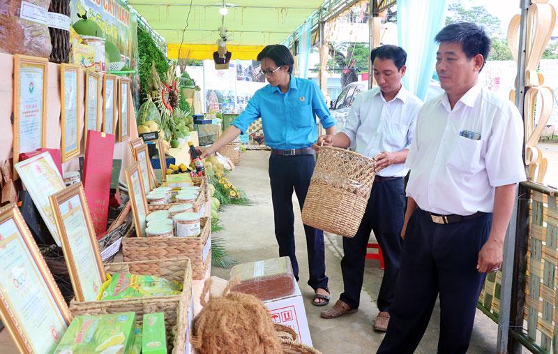 Trưng bày các sản phẩm đặc trưng của huyện Mỏ Cày Nam.