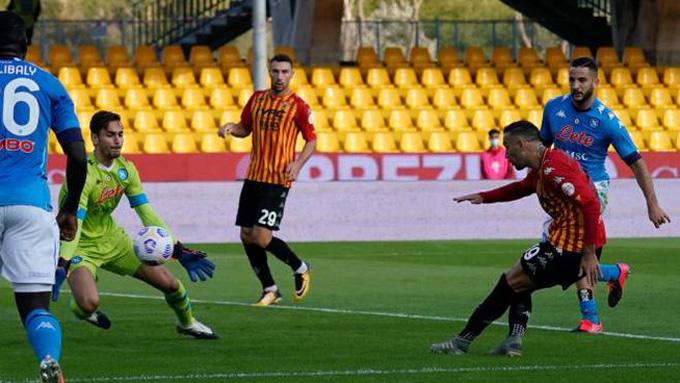 Roberto Insigne mở tỷ số cho Benevento ở phút 30