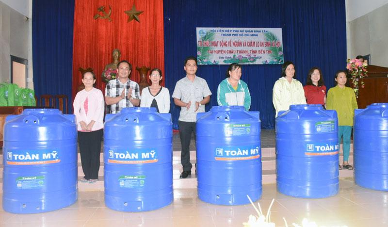 Trao bồn chứa nước cho hội viên phụ nữ nghèo, 20 suất học bổng cho học sinh là con em hội viên.