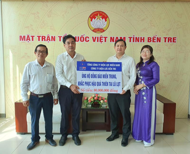 Lãnh đạo Công ty Điện lực Bến Tre trao bảng tượng trưng ủng hộ đồng bào miền Trung.