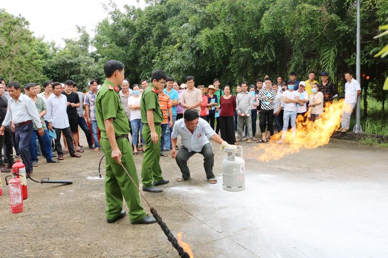 Thực hành PCCC cho lực lượng cơ sở. Ảnh: Nguyễn Đăng - Phương Quyên.