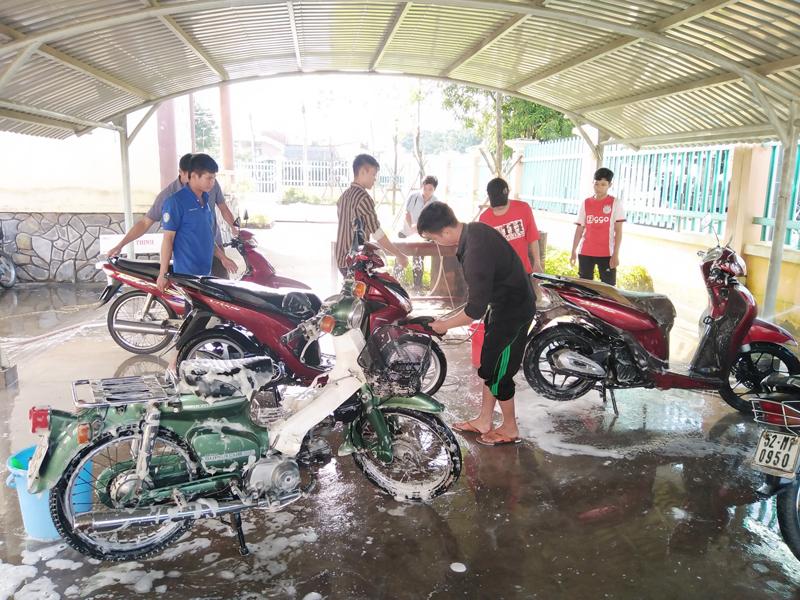 Đoàn viên, thanh niên xã Tân Thiềng, huyện Chợ Lách rửa xe gây quỹ ủng hộ đồng bào miền Trung. Ảnh: Đoàn Tân Thiềng