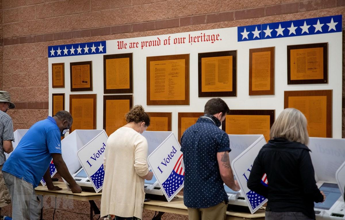 Cử tri bỏ phiếu sớm bầu Tổng thống Mỹ 2020 tại điểm bầu cử ở North Charleston, bang Nam Carolina. (Ảnh: AFP/TTXVN)