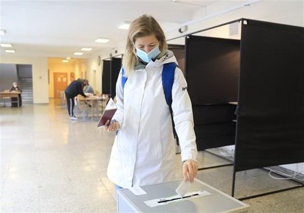 Cử tri bỏ phiếu tại vòng hai cuộc bầu cử Quốc hội ở Vilnius, Litva ngày 25-10-2020. (Ảnh: AFP/TTXVN)