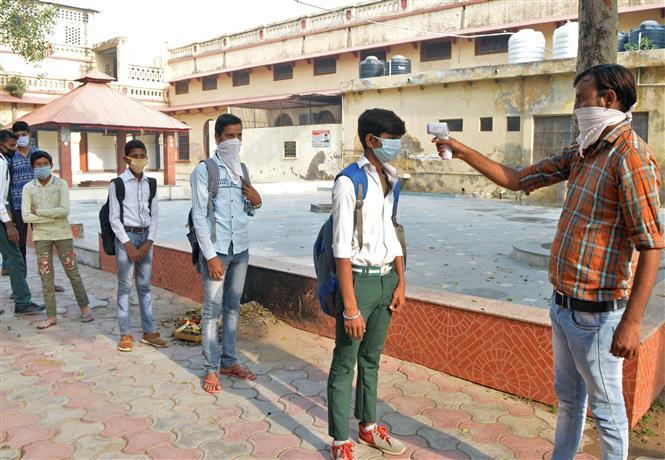 Lấy mẫu xét nghiệm COVID-19 cho học sinh khi các trường học mở cửa trở lại ở Mathura, Ấn Độ ngày 19-10-2020. Ảnh: ANI/TTXVN