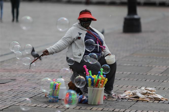 Người dân đeo khẩu trang phòng lây nhiễm COVID-19 tại Bogota, Colombia, ngày 24-10-2020. Ảnh: THX/ TTXVN