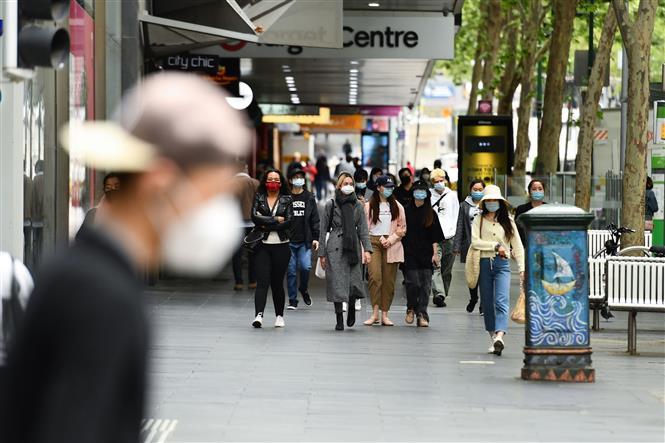 Người dân đeo khẩu trang phòng lây nhiễm COVID-19 tại Melbourne, Victoria, Australia, ngày 19-10-2020. Ảnh: THX/TTXVN