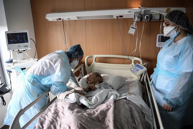 Nhân viên y tế điều trị cho bệnh nhân mắc COVID-19 tại một bệnh viện ở Gonesse, Pháp ngày 22-10-2020. Ảnh: AFP/TTXVN