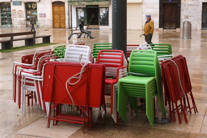 Một quán cà phê ở Burgos, Tây Ban Nha đóng cửa trong bối cảnh chính quyền địa phương áp đặt các biện pháp hạn chế nhằm ngăn chặn sự lây lan của dịch COVID-19 ngày 21-10-2020. Ảnh: AFP/TTXVN