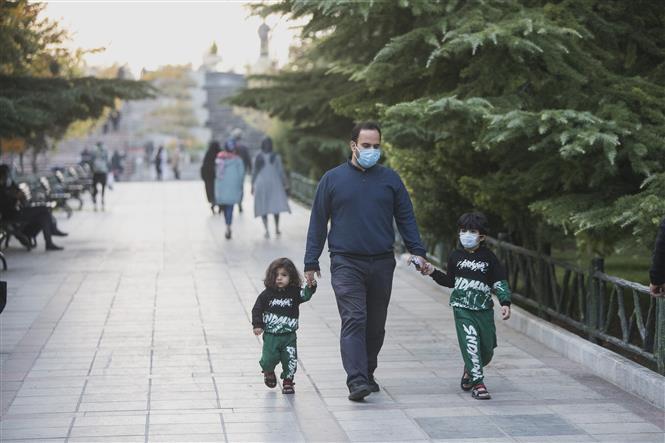 Người dân đeo khẩu trang phòng lây nhiễm COVID-19 tại Tehran, Iran, ngày 25-10-2020. Ảnh: THX/ TTXVN