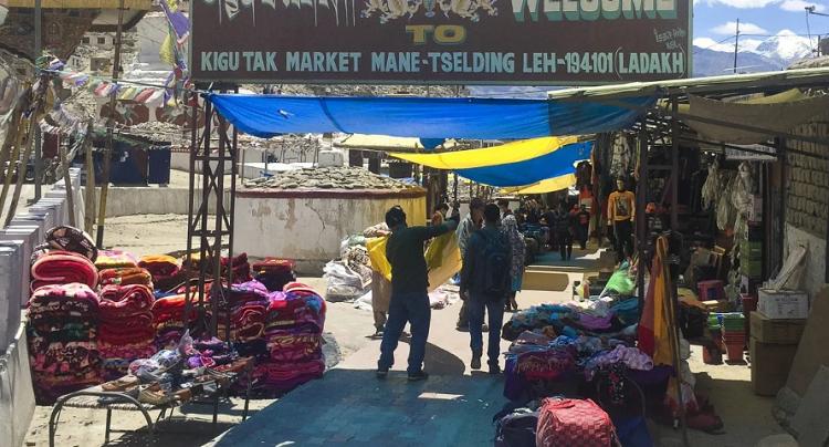 Một khu chợ tại vùng Ladakh (Ấn Độ). Ảnh: Aakash Hassan