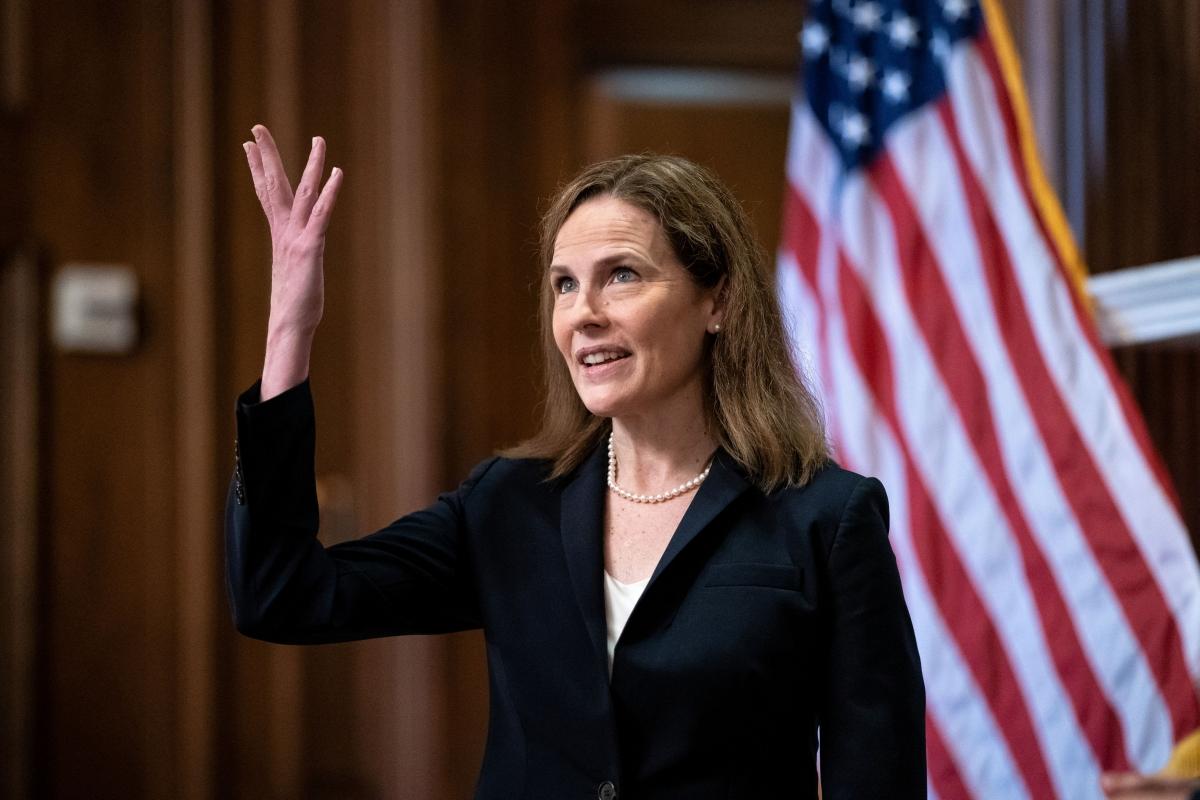 Bà Amy Coney Barrett chính thức trở thành thẩm phán Tòa án Tối cao Mỹ. Ảnh: CNBC