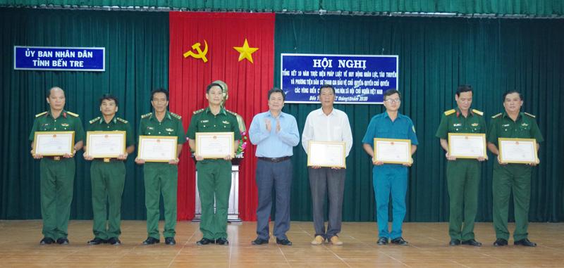 Phó chủ tịch UBND tỉnh Nguyễn Hữu Lập trao thưởng cho các tập thể, cá nhân có thành tích tiêu biểu.