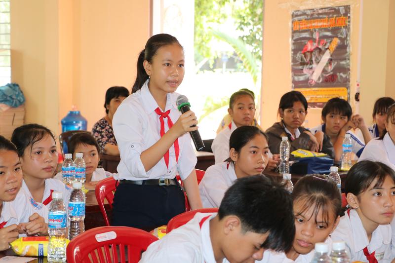 """Học sinh trường THCS Thuận Điền, Giồng Trôm đặt câu hỏi về vấn đề giới tại buổi tọa đàm """"Im lặng hay lên tiếng"""" do Hội Phụ nữ tỉnh tổ chức năm 2019."""