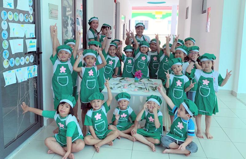 Trẻ Trường Mầm non Bảo Quyên trong hoạt động làm bánh. Ảnh: Phan Hân