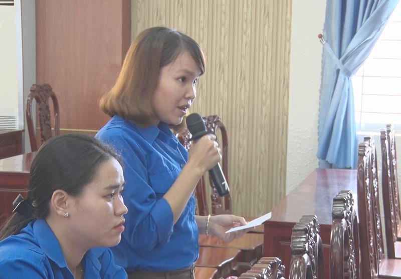 Đoàn viên, thanh niên, học sinh đặt câu hỏi với lãnh đạo huyện. Ảnh: Nguyễn Hiệp.
