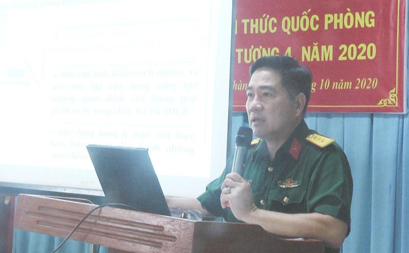 Thượng tá Trần Văn Nam - Chính trị viên Ban Chỉ huy Quân sự huyện báo cáo. Ảnh: Ngọc Lãm.
