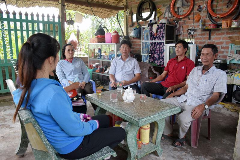 Ông Nguyễn Văn Tâm (bìa phải) cùng Tổ công tác của xã tuyên truyền, vận động nhân dân thực hiện các phong trào của địa phương.
