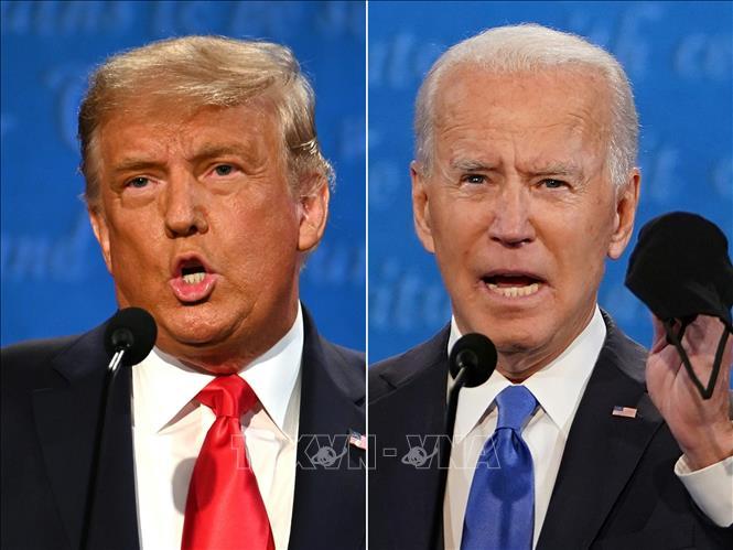 Đương kim Tổng thống Mỹ Donald Trump (trái) của đảng Cộng hòa và ứng viên Tổng thống Joe Biden (phải) của đảng Dân chủ trong vòng tranh luận trực tiếp thứ hai và cũng là cuối cùng trước ngày bầu cử 3-11. Ảnh: AFP/TTXVN
