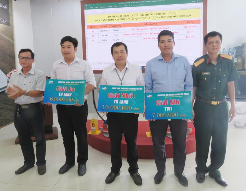 Trao thưởng cho đại diện các điểm bán trúng thưởng.