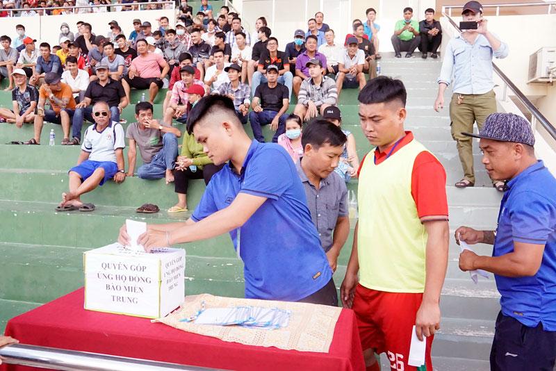 Nhiều vận động viên, khán giả thể thao đã tham gia ủng hộ giúp đỡ đồng bào miền Trung. Ảnh: Ánh Nguyệt