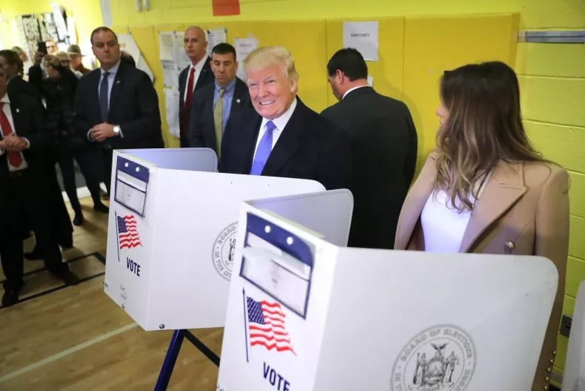 Ông Donald Trump và bà Melania Trump bỏ phiếu trong Ngày Bầu cử hôm 8-11 tại thành phố New York. Ảnh: Getty