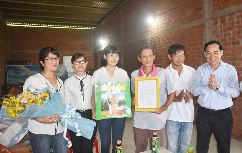 Phó bí thư Tỉnh ủy trao Thư khen cho chị Bùi Thị Như Huỳnh.