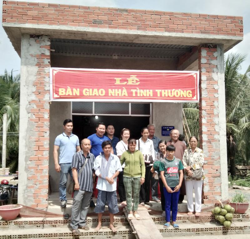 Đại biểu chụp ảnh lưu niệm với gia đình. Ảnh: Huỳnh Lâm.