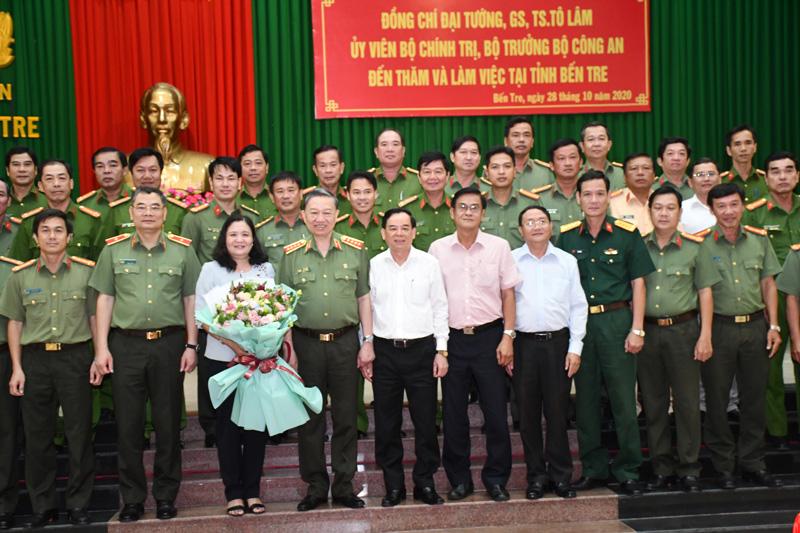 Các đại biểu chụp ảnh với Bộ trưởng nhân chuyến thăm và làm việc.