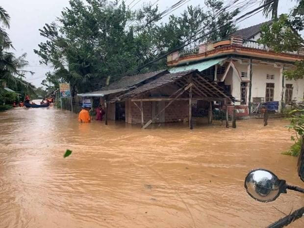 Nhà dân và nhiều tuyến đường tại huyện An Lão bị ngập và chia cắt. (Ảnh: Bá Quyền/TTXVN phát)