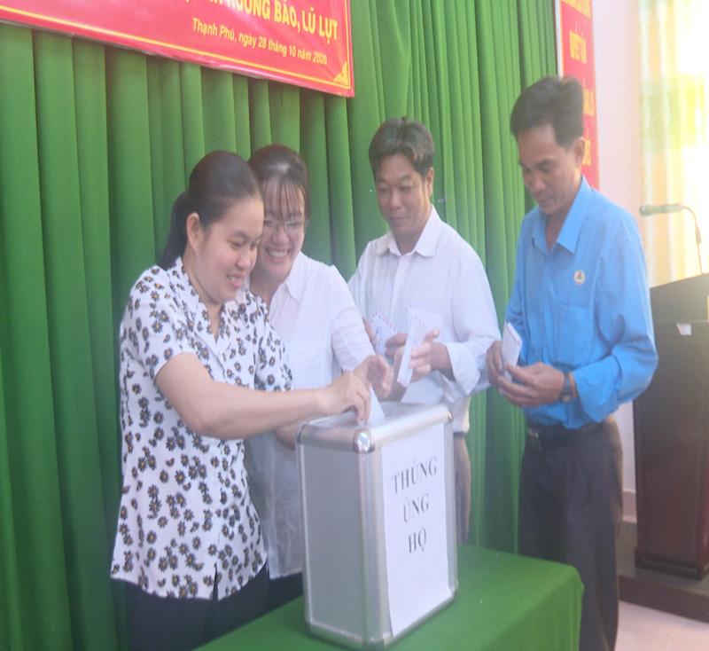 Đại biểu đóng góp ủng hộ đồng bào miền Trung. Ảnh: Văn Minh.