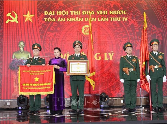 Chủ tịch Quốc hội Nguyễn Thị Kim Ngân trao danh hiệu Anh hùng lực lượng vũ trang cho Tòa án quân sự Trung ương. Ảnh: TTXVN