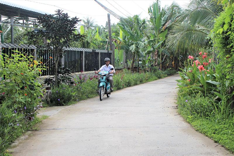 Đường nông thôn xã Nhơn Thạnh thông thoáng, sạch đẹp có sự đóng góp của Hội Cựu chiến binh và các đoàn thể xã. Ảnh: H. Đức