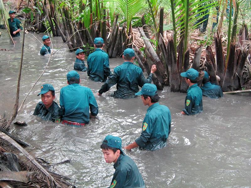 Lực lượng dân quân tự vệ TP. Bến Tre tham gia khai thông hệ thống kênh mương nội đồng. Ảnh: Đặng Thạch